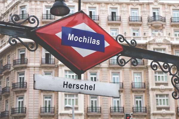 herschel madrid. Imagen de un montaje de una boca de metro de Madrid donde pone Herschel como el nombre de la estación