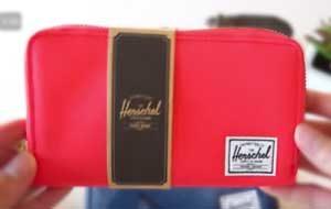 Cartera herschel para mujer modelo thomas en color rosa rojo