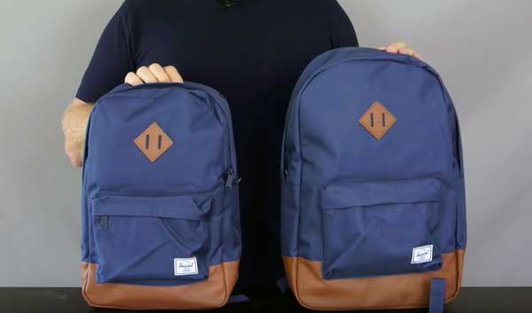 foto de dos mochilas Herschel Heritage, la normal y la mid volumen, ambas en azul